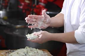 江口蒲鉾の天ぷらは職人がひとつひとつ手づくり